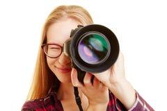 Donna con la macchina fotografica che prende le immagini Immagini Stock