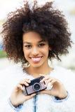 Donna con la macchina fotografica dell'annata Immagine Stock