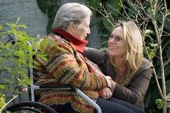 Donna con la madre in giardino - orizzontale Fotografia Stock