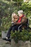 Donna con la madre in giardino - verticale Fotografie Stock