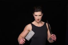 Donna con la mannaia ed il coltello immagini stock