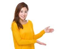 Donna con la mano due presente Immagini Stock