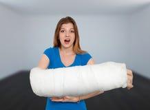 Donna con la mano rotta Fotografie Stock Libere da Diritti