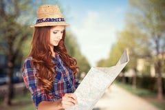 Donna con la mappa Fotografie Stock Libere da Diritti