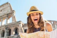 Donna con la mappa davanti al colosseum a Roma Fotografia Stock