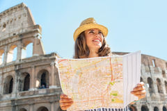 Donna con la mappa davanti al colosseum a Roma Fotografie Stock