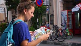 Donna con la mappa interattiva della città Mappa di animazione video d archivio
