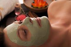 Donna con la maschera della stazione termale Immagine Stock