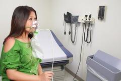 Donna con la maschera di ossigeno Fotografia Stock Libera da Diritti