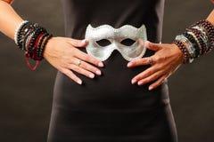 Donna con la maschera veneziana di carnevale su buio Fotografia Stock Libera da Diritti