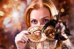 Donna con la mascherina veneziana dell'oro fotografie stock
