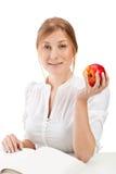Donna con la mela ed il libro Fotografia Stock Libera da Diritti