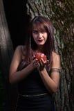 Donna con la mela rossa Immagini Stock Libere da Diritti