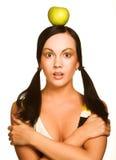 Donna con la mela sulla sua testa, sopra bianco Fotografia Stock