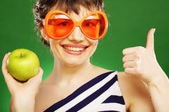 Donna con la mela verde Fotografia Stock