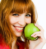 Donna con la mela verde fotografie stock libere da diritti