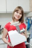 Donna con la mincing-macchina elettrica immagini stock libere da diritti