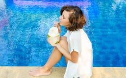 Donna con la noce di cocco fresca Fotografia Stock Libera da Diritti