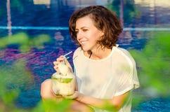 Donna con la noce di cocco fresca Fotografie Stock
