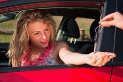 Donna con la nuova automobile ed i tasti dell'automobile Fotografia Stock