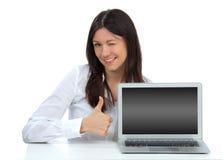 Donna con la nuova tastiera popolare moderna del computer portatile Fotografie Stock Libere da Diritti