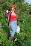 Donna con la pala in giardino Fotografia Stock Libera da Diritti