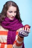 Donna con la palla di Natale Fotografia Stock Libera da Diritti