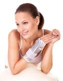 Donna con la parentesi graffa della manopola. Fotografia Stock