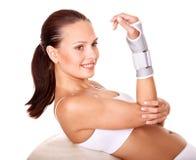 Donna con la parentesi graffa della manopola. Immagini Stock