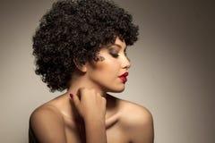 Donna con la parrucca riccia nera immagine stock libera da diritti