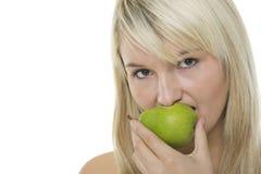 Donna con la pera alimentare metà Fotografia Stock Libera da Diritti