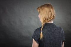 Donna con la pettinatura della treccia e dei capelli biondi fotografie stock