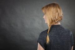 Donna con la pettinatura della treccia e dei capelli biondi immagini stock libere da diritti