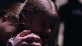 Donna con la piccola figlia terrorizzata del maniaco fuori della porta, sistema di allarme video d archivio