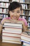 Donna con la pila di libri Immagini Stock