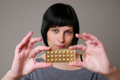 Donna con la pillola immagine stock libera da diritti