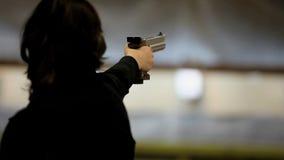 Donna con la pistola video d archivio