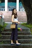 Donna con la priorità bassa della scala del fiore Fotografia Stock Libera da Diritti