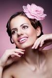 Donna con la rosa di rosa fotografia stock libera da diritti
