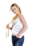 Donna con la scala di stanza da bagno e nastro adesivo di misurazione Fotografie Stock