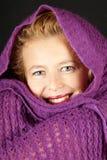 Donna con la sciarpa di lana viola Fotografia Stock