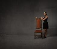 Donna con la sedia immagine stock