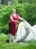 Donna con la serra al giardino Immagini Stock