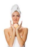 Donna con la sfera del bagno dell'aroma Fotografie Stock Libere da Diritti
