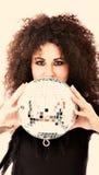 Donna con la sfera della discoteca fotografia stock