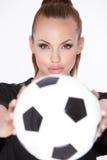 Donna con la sfera di calcio Fotografia Stock Libera da Diritti