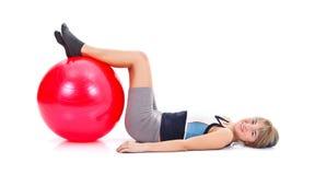 Donna con la sfera di forma fisica Immagine Stock