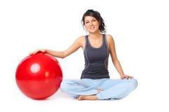 Donna con la sfera di ginnastica Immagine Stock