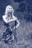 Donna con la spada di katana Fotografia Stock