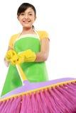 Donna con la spazzata di pulizia Fotografie Stock Libere da Diritti